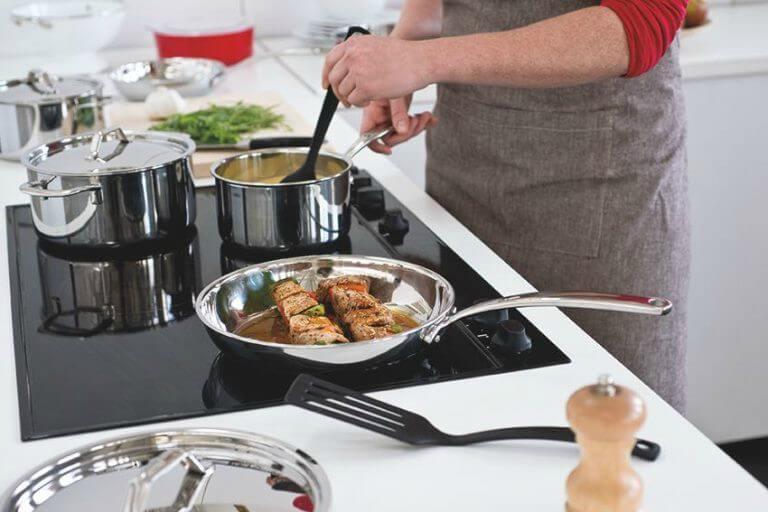 Cómo usar un juego de utensilios de cocina