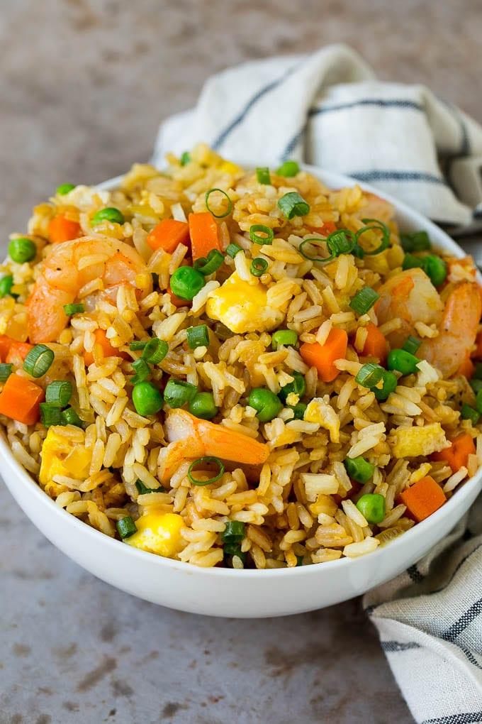 Un tazón para servir relleno con arroz frito con camarones.