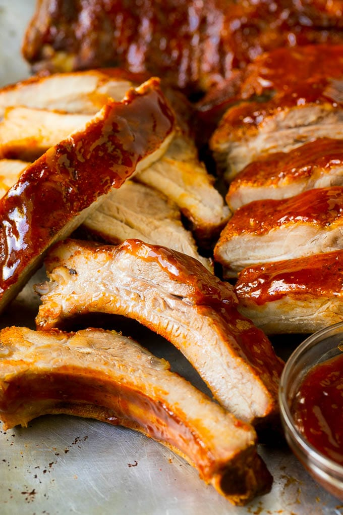 Rebanadas de costillas ahumadas untadas con salsa barbacoa.