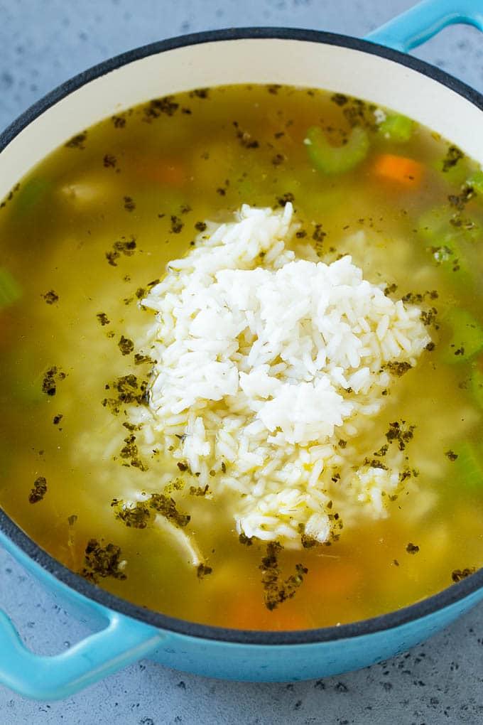 Sopa de pollo con arroz mixto.