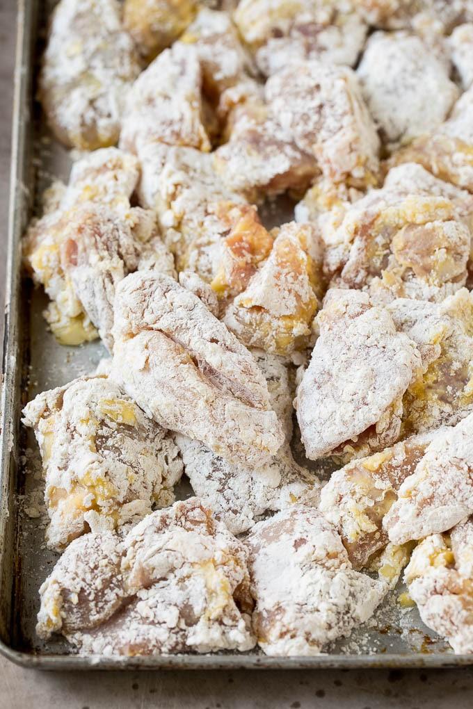 Trozos de muslo de pollo rebozados con huevo, harina y maicena.
