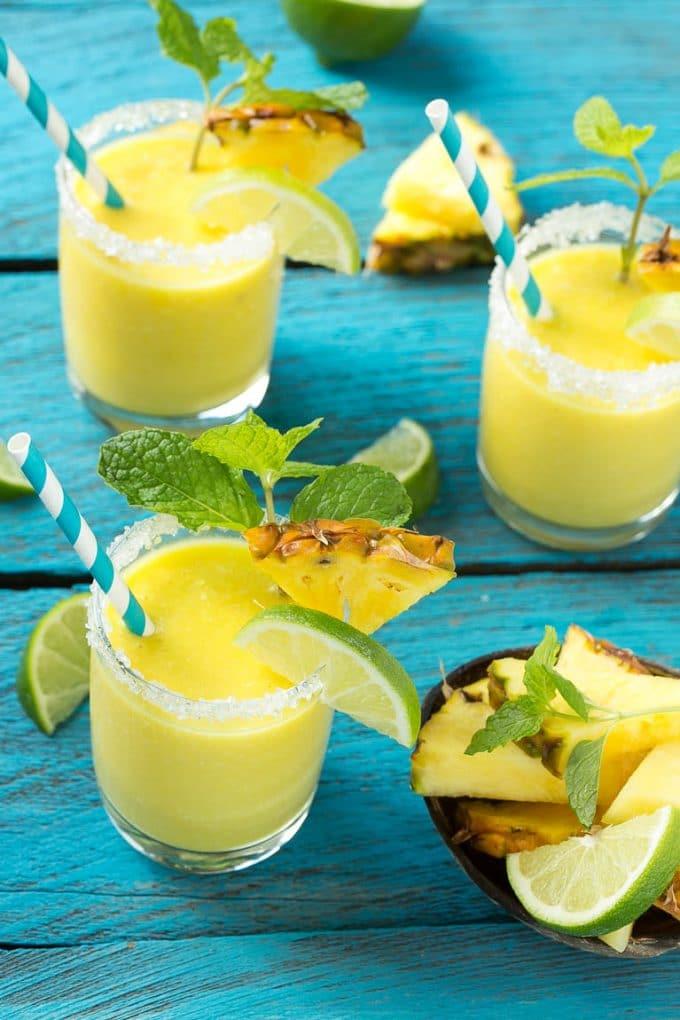Batidos de piña y coco en vasos con bordes dulces.