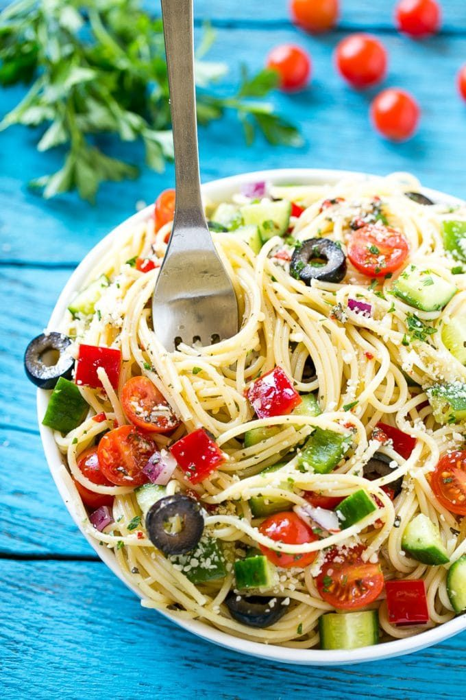 Esta receta de ensalada de espagueti es una ensalada de pasta única llena de verduras crujientes y parmesano, todo mezclado con un aderezo italiano casero.  ¡El plato perfecto para alimentar a una multitud cuando te estás divirtiendo!  #ecover #ad