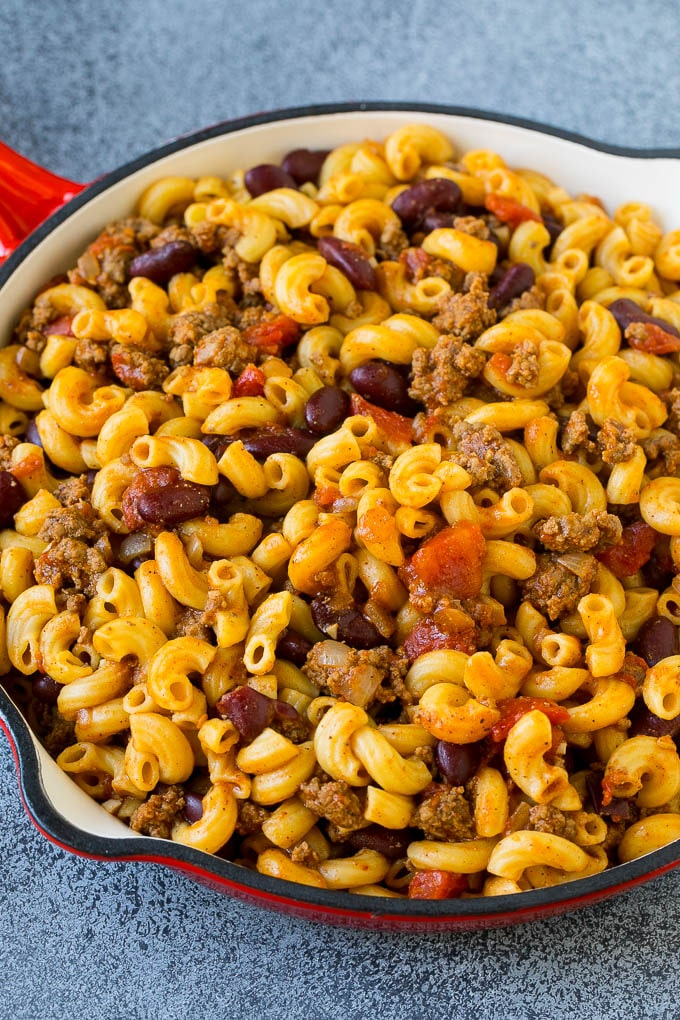 Macarrones con ají elaborado con carne, frijoles, tomates y especias.