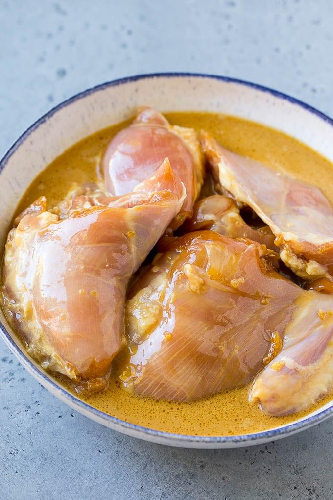 Muslos de pollo en adobo de piña y coco.